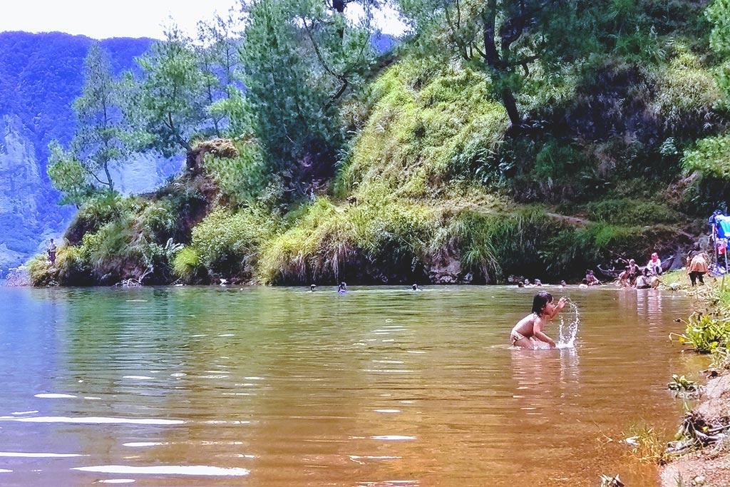 Anak kecil itu baru siap nyemplung ke danau di dekat dermaga. (Foto Breedie/Syukran Jazila)